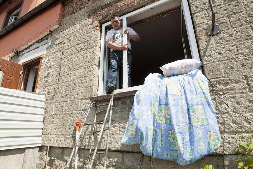 Do mieszkania przez okno