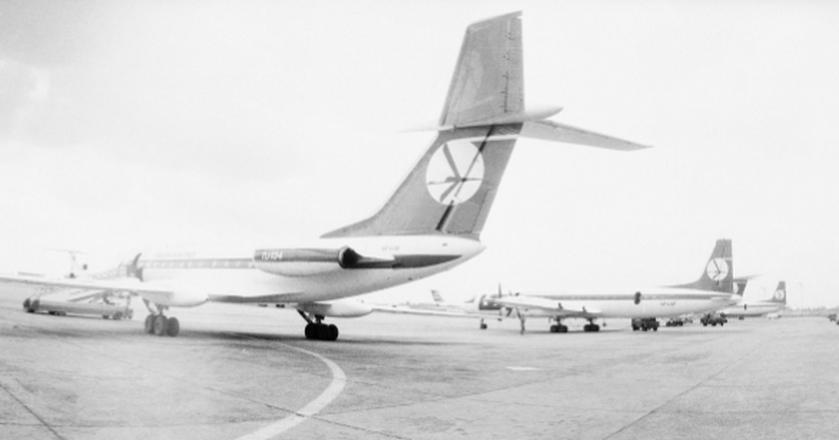 Samoloty Tu-134 w barwach PLL LOT na płycie Lotniska Okęcie w Warszawie. Zdjęcie z lat 1974-1978
