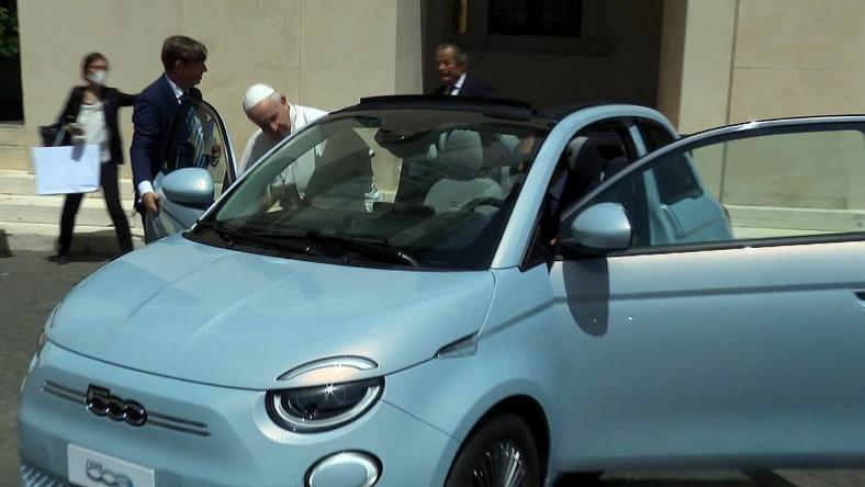 Papież Franciszek i elektryczny Fiat 500e