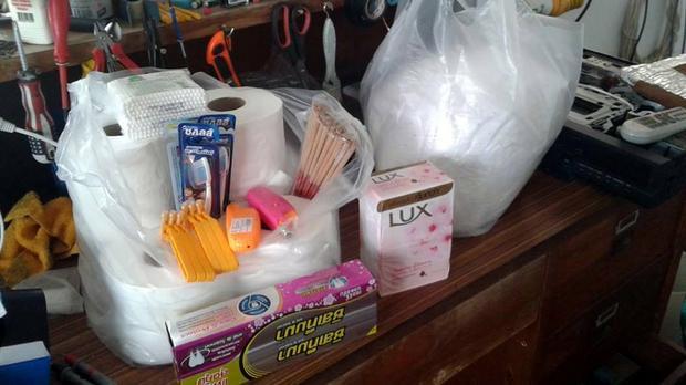 Prezenty dla mnicha - kadzidełka, zapalniczki, maszynki do golenia, pasta do zębów, szczoteczki i papier toaletowy od darczyńcy, wręczony podczas śniadania