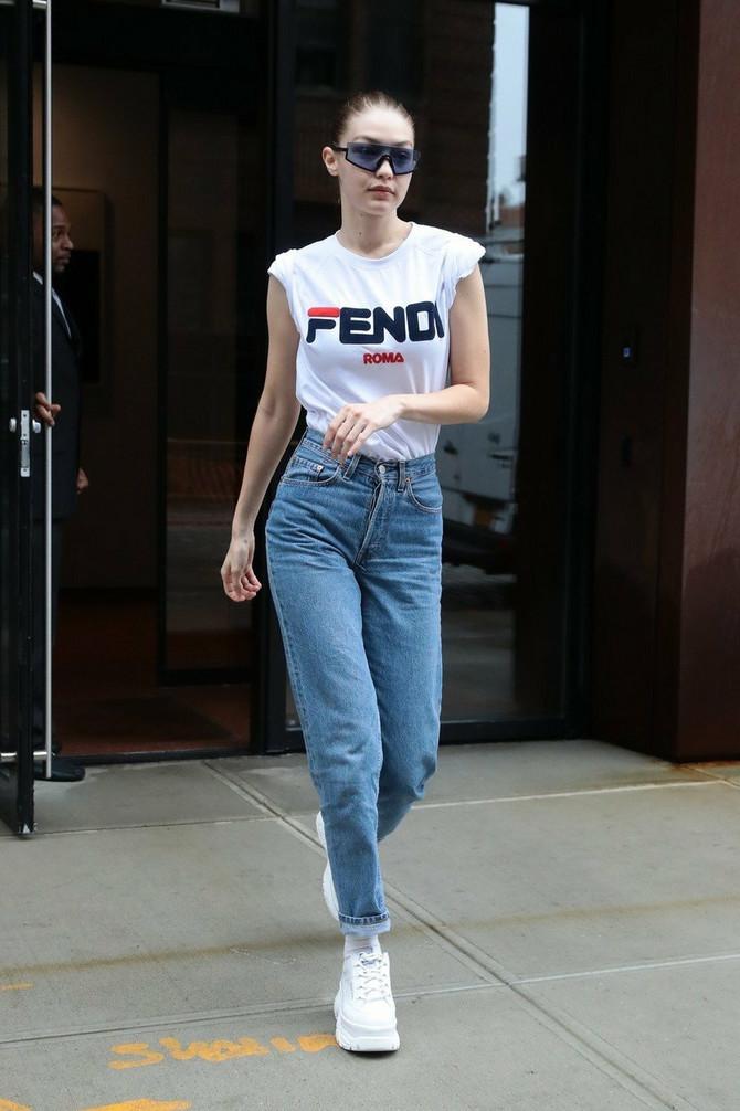 Điđi nosi majicu sa logom brenda -