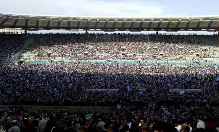 Navijači Lacija preplavili teren tokom proslave titule 2000. godine