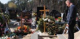 Grabarze zniszczyli grób ojca