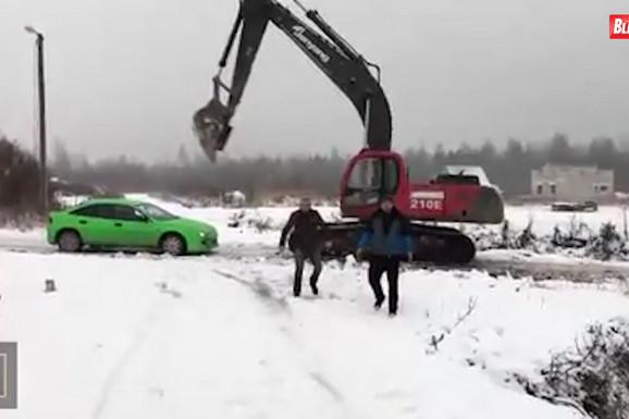 OSVETA NA RUSKI NAČIN Došli su u besnom automobilu i maltretirali BAGERISTU, a onda je usledio LOM (VIDEO)