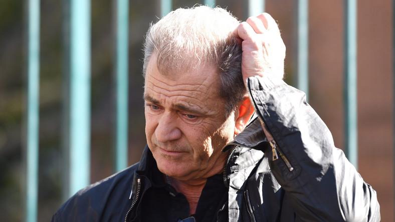 Mel Gibson za swoje wyskoki (wśród nich były: jazda po pijanemu, antysemickie komentarze i znęcanie sięnad swojąpartnerką) zapłacił wysoką scenę. Wzięty aktor i reżyser został w Hollywood zepchniętyna margines. Zdobywca dwóch Oscarów tracił jednak nie tylko główne role, ale i miłość fanów. Chce odzyskać pozycję z pomocą bohaterskiego lekarza.