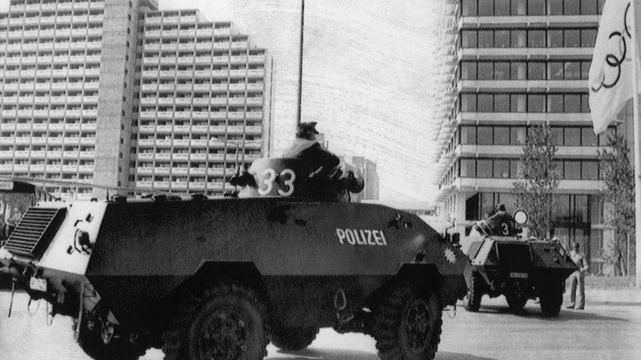 Monachium 1972 r. Policja wjeżdża do wioski olimpijskiej (courtesy Everett Collection)