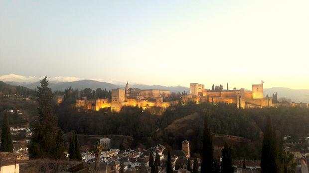Alhambra z Mirador San Nicolas, w tle Sierra Nevada