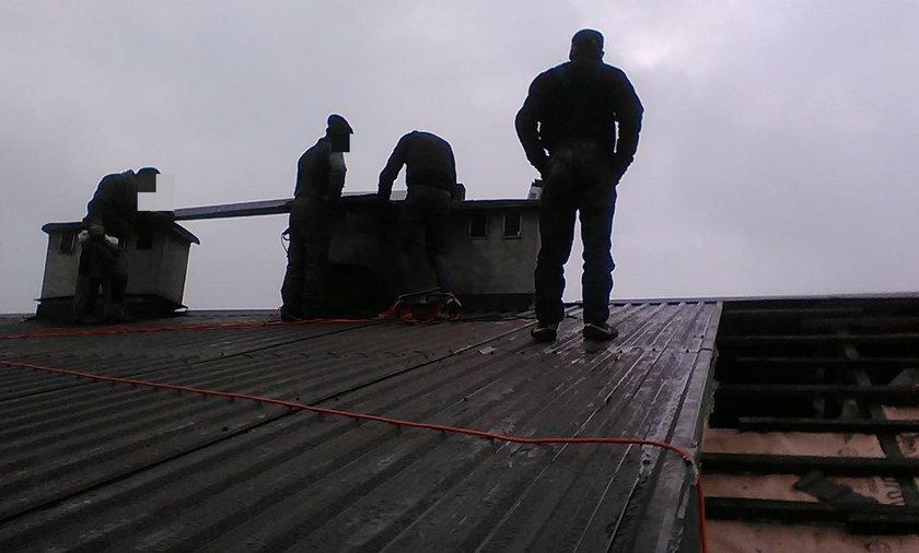 Ekipa dekarzy z Rumunii na dachu pana Gustawa Wysockiego. W połowie pracy zażądali pięciokrotnie większej sumy za położenie dachu