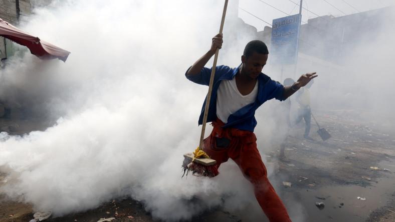 Służby sanitarne na przedmieściach miasta Sana'a odymiają ulice w celu pozbycia się owadów, które mając kontakt z zakażonymi odchodami, mogą zarażać ujęcia wody przecinkowcem cholery