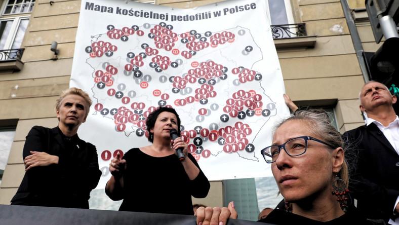 """Uczestnicy demonstracji pod hasłem """"Ręce precz od dzieci"""" prezentują mapę pedofilii w polskim Kościele"""