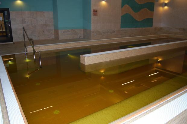 Solec-Zdrój. Basen z wodą siarczkową w kompleksie Baseny Mineralne.
