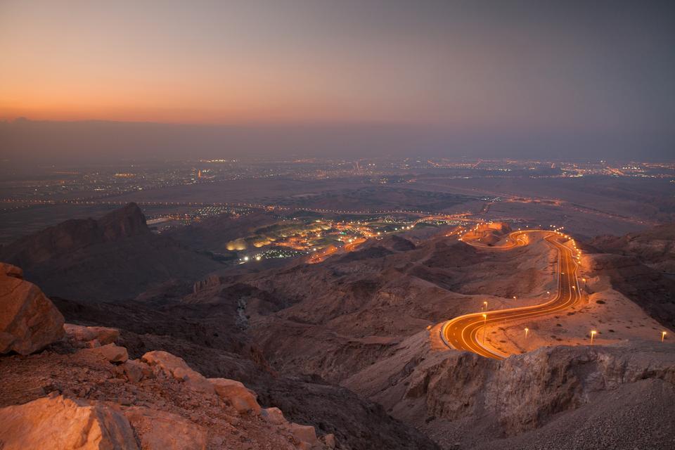 Górska droga Jebel Hafeet Mountain w Abu Dhabi roztacza przed sobą widok na górę Jebel Hafeet, drugi najwyższy szczyt w Zjednoczonych Emiratach Arabskich. Najlepiej wybrać się na przejażdżkę w późnych godzinach popołudniowych, aby uchwycić widok zachodu słońca na szczycie góry.