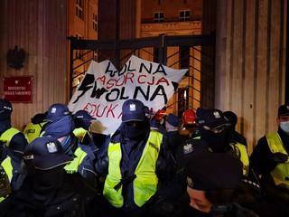Strajk Kobiet: 'Blokada Warszawy'. Aktywiści przykuli się do bramy MEN [ZDJĘCIA]