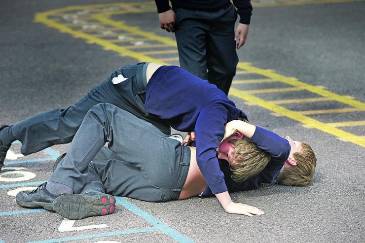 nasilje stock-photo-two-boys-fighting-in-school-playground-284502485