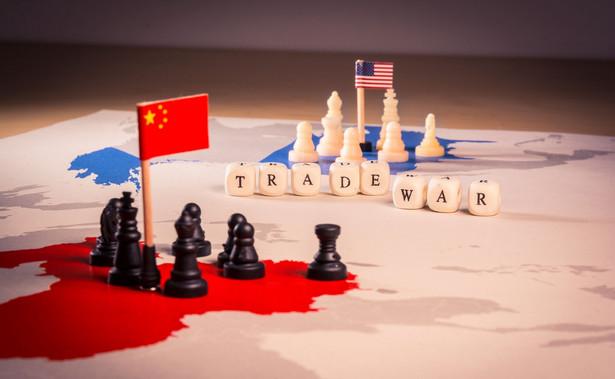 """Prezydent USA nie jest zadowolony z tempa negocjacji handlowych z Chinami. """"Rozmowy idą do przodu, ale wolno, jak dla mnie, o wiele za wolno"""" - powiedział w sobotę Donald Trump. Podkreślił, że porozumienie leży przede wszystkim w interesie Chin."""