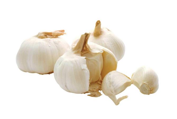 Beli luk je zdrava namirnica koja može imati određena antimikrobna svojstva. Međutim, od izbijanja virusa nisu se pojavili dokazi da je jedenje belog luka zaštitilo ljude od novog korona virusa