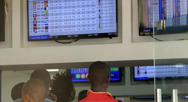 Kenyans at a betting shop (Twitter)