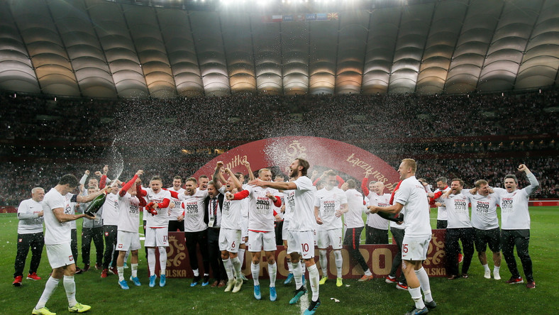 Piłkarze reprezentacji Polski cieszą się ze zwycięstwa i awansu po meczu eliminacyjnym mistrzostw Europy z Macedonią Północną