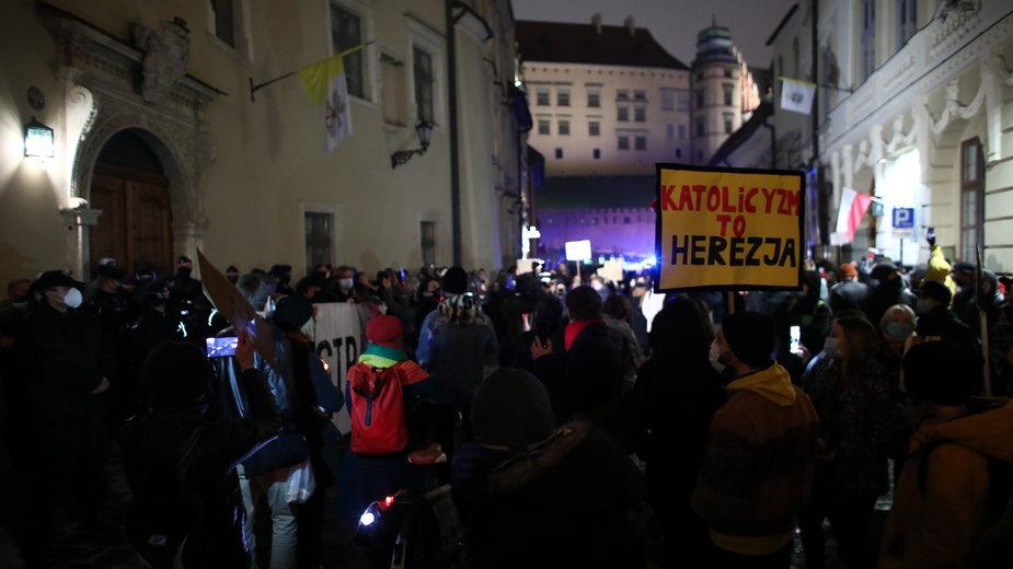Protest przeciwko kard. Dziwiszowi w Krakowie