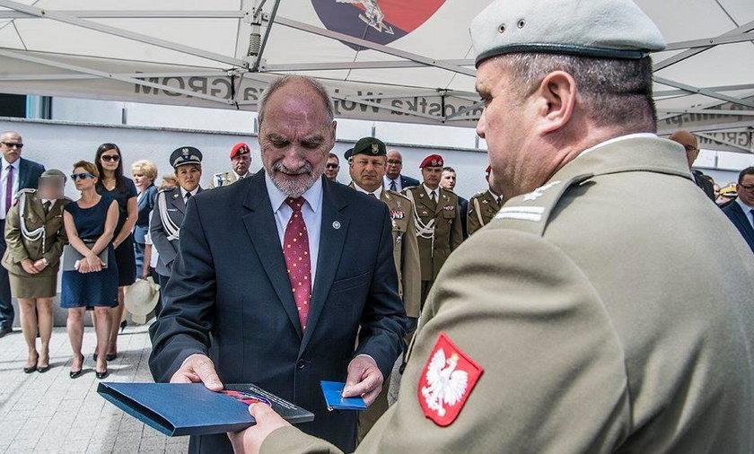 Macierewicz dostał odznakę honorową GROM-u. Za co?!