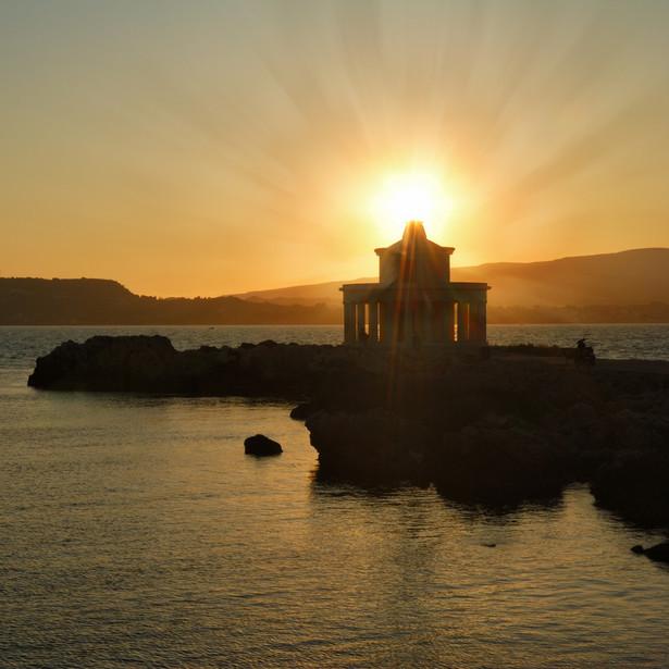 6. Kefalonia – 2,42 proc. Wyspa ta znajduje się na Morzu Jońskim i jest jedną z największych w Grecji, co pozwala jej bez problemu radzić sobie z dużym napływem turystów, choć nie jest przesadnio zatłoczona. Można dolecieć tam bezpośrednio, ponieważ na wyspie jest lotnisko. Na północnym wybrzeżu znajduje się trudno dostępna, ale warta zachodu plaża Myrtos – uznawana za jedną z najpiękniejszych na świecie. Na zdjęciu latarnia morska Argostoli.