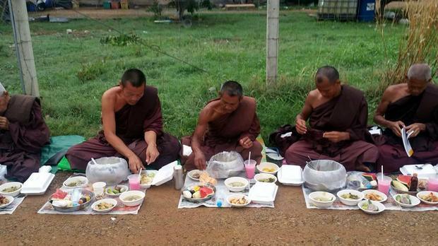 Mnisi buddyjscy podczas posiłku