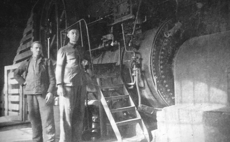 """Pompowy Stefan Bajko (z prawej) przy maszynie parowej w firmie """"Centura"""", lata 20. XX wieku."""
