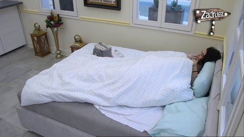 ZAVUKAO SE ISPOD JORGANA! David ISPIPAO Anu po telu, počeli da razmenjuju nežnosti čim su se probudili! VIDEO