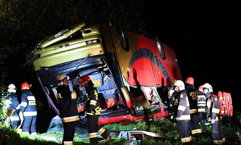 Tragedia na Podkarpaciu. Autobus spadł w przepaść