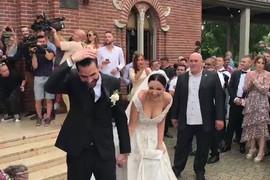 ZASIPALI IH DUKATIMA Kad su mladenci izašli iz crkve, kumovi Teodosić i Pejović su napravili HAOS (VIDEO)
