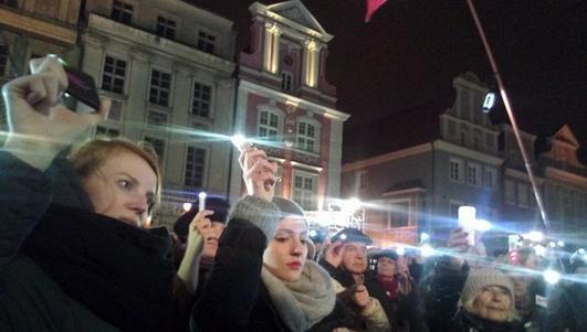 Łańcuch Światła w Poznaniu. Mieszkańcy protestowali w obronie wolnych sądów