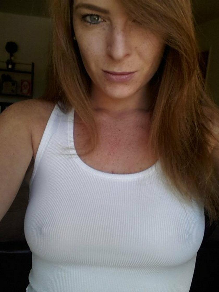 Rudowłosa kobieta bez stanika