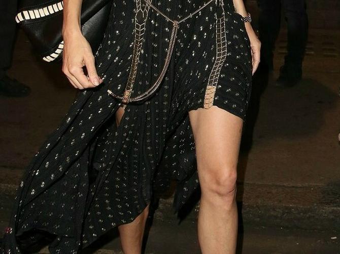 Nova devojka Breda Pita blistala u seksi haljini SA LANCIMA. I pokazala savršeno VITKE NOGE