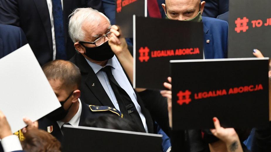 Jarosław Kaczyński w Sejmie otoczony przez posłanki Lewicy z hasłami sprzeciwiającymi się wyrokowi TK