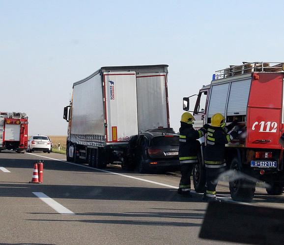 Na mesto nesreće odmah su se uputile ekipe Hitne pomoći, policije i vatrogasci