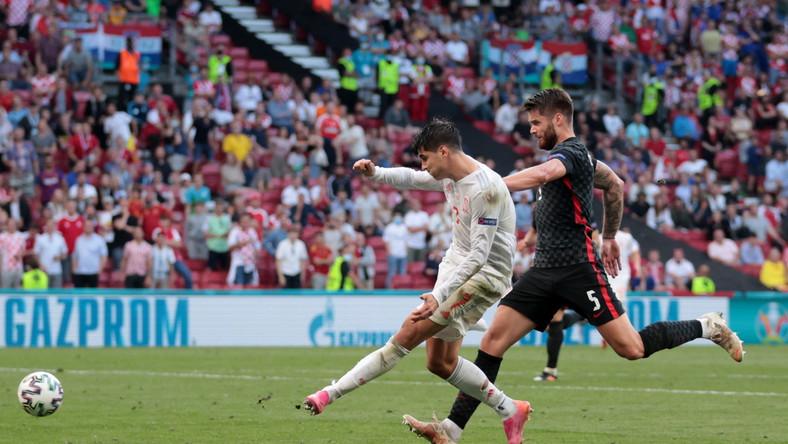 Alvaro Morata (L) i Duje Caleta-Car (P) podczas meczu Chorwacji z Hiszpanią
