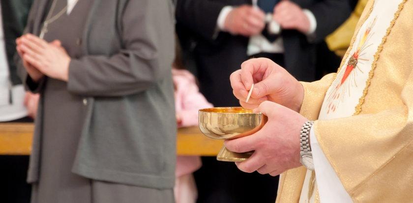 Zakażeni księża podawali komunię wiernym. Sanepid szuka uczestników mszy w kościele w Sułowie