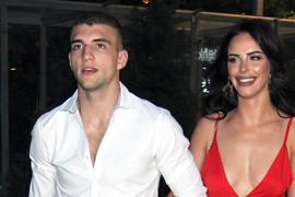 STRASNO SE LJUBILI NA PUTU DO PLAŽE Veljko Ražnatović odveo verenicu na Kipar, a ovaj prizor ne prestaje da se komentariše