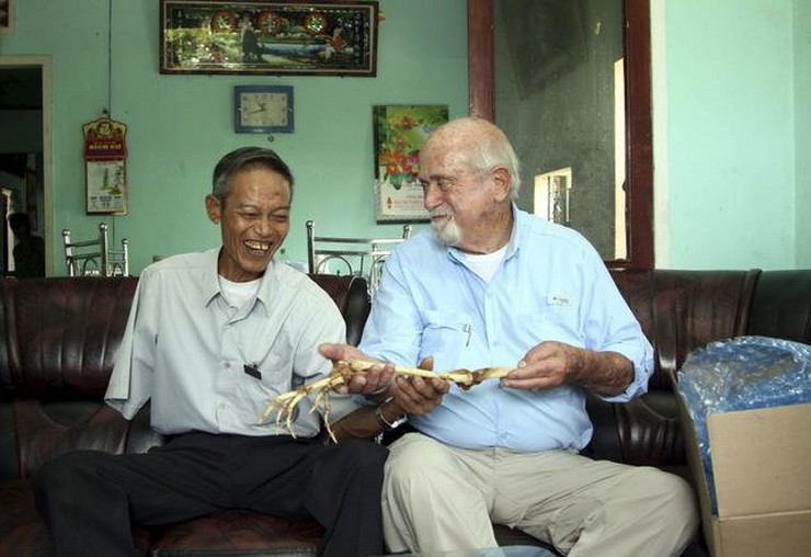 357335_dr.-sam-axelrad-right-hands-over-arm-bones-belonging-to-former-north-vietnamese-soldier-nguyen-quang-hung-ap