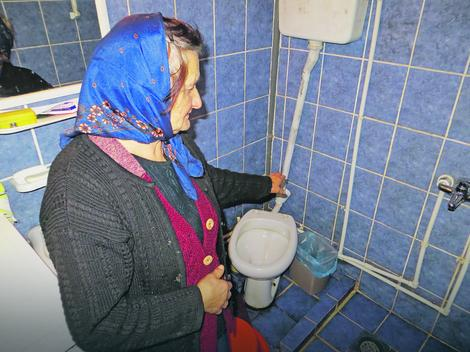 Komšinica pokazuje mesto gde je zatekla preminulu Dušanku