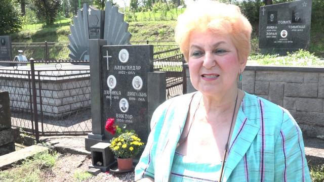 Zorica na groblju kod bake i deke