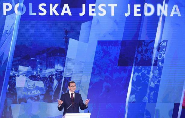 """""""Zobowiązania Prawa i Sprawiedliwości na najbliższe kilkanaście miesięcy, rozwinięcie naszego programu, z którym szliśmy do wyborów w 2015 r. Ale też, jeśli chodzi o samą partię, czuć powiew świeżości, mobilizację - politycy PiS ruszają w Polskę, żeby rozmawiać z Polakami""""- mówił Dworczyk"""