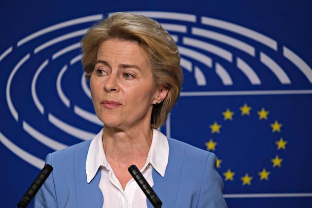 """""""Rozumiem, że państwa członkowskie mogą przyjąć specjalne środki w odpowiedzi na kryzys dotyczący zdrowia. Jednak obawiam się, że pewne środki idą za daleko. Jestem szczególnie zaniepokojona sytuacja na Węgrzech. Podejmiemy działania w tej kwestii, jeśli będą niezbędne, tak jak to robiliśmy w przeszłości"""" - powiedziała przewodnicząca Komisji Europejskiej."""