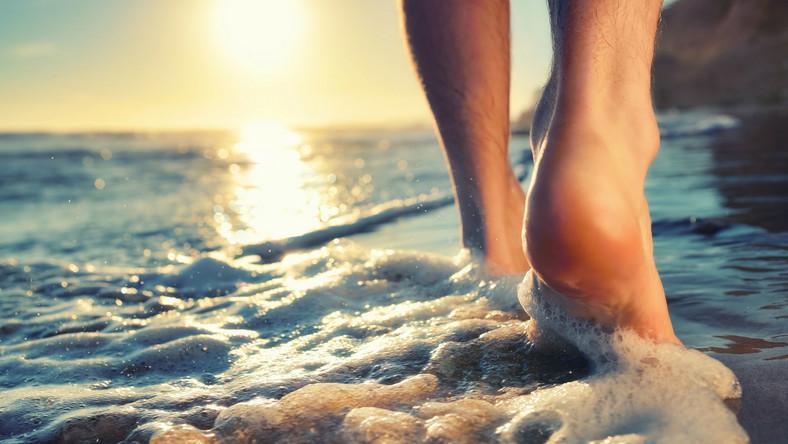 Spacer brzegiem morza