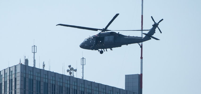 """Akcja jak z filmu """"Błękitny grom""""! Nad Wilanowem i Powsinem latał policyjny Black Hawk. Kogo szukał?"""