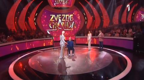 Izašla je POLUGOLA na scenu Zvezda Granda, Saša Popović PAO NA KOLENA, pa je samo jedno izustio!