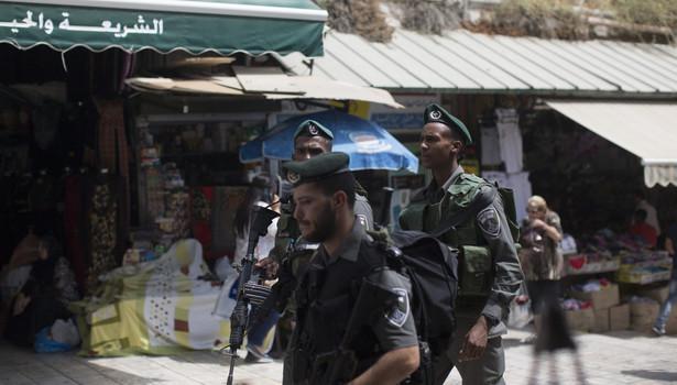 Policjanci zostali obrzuceni kamieniami i racami