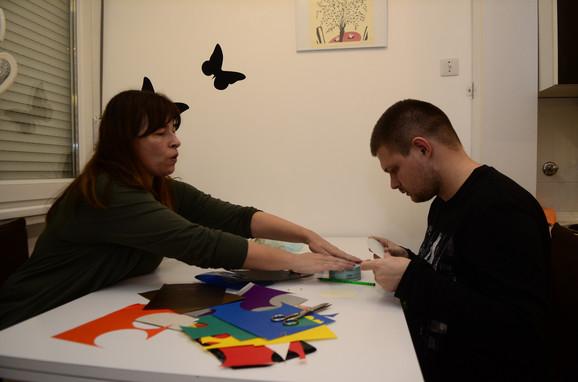 Mihailo je naučio da pravi narukvice na kreativnoj radionici, kaže njegova majka Tanja