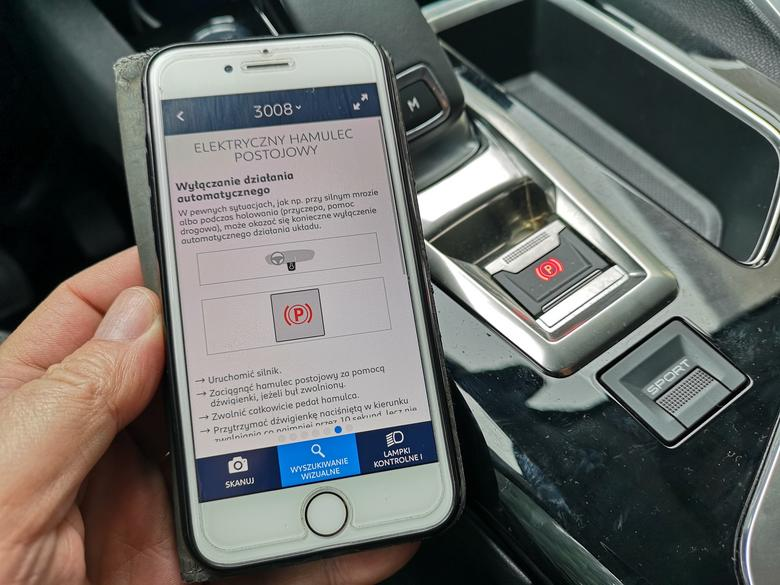 Hamulec ręczny może służyć jako hamulec awaryjny - informacje znajdziemy w instrukcji papierowej lub w aplikacji w telefonie