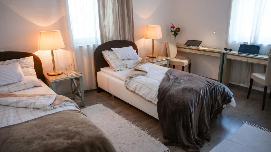 A mocsai vendégház mind a 18, kényelmes szobájához saját fürdőszoba tartozik